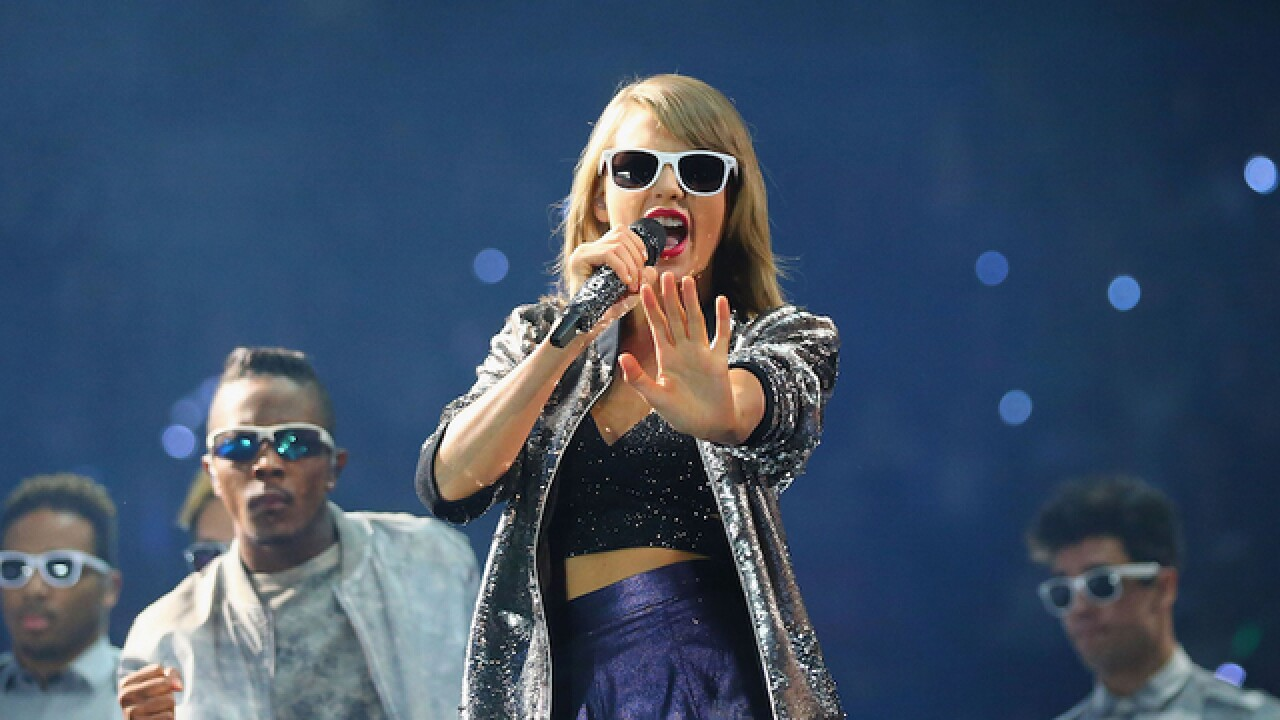 Taylor Swift casually announces a tiny concert on Twitter