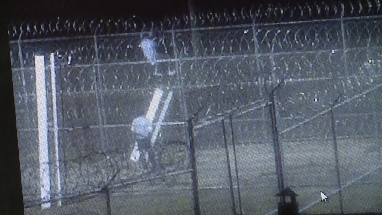 Video shows inmates trying to scale razor wire in jail escapeattempt