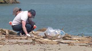 Volunteers help keep Lake Erie clean with Edgewater Beach clean up