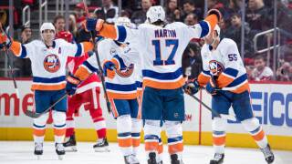 Islanders rally from 2-goal deficit, beat Red Wings