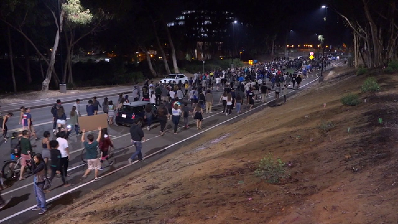 Hundreds of UCSD student protesters close I-5