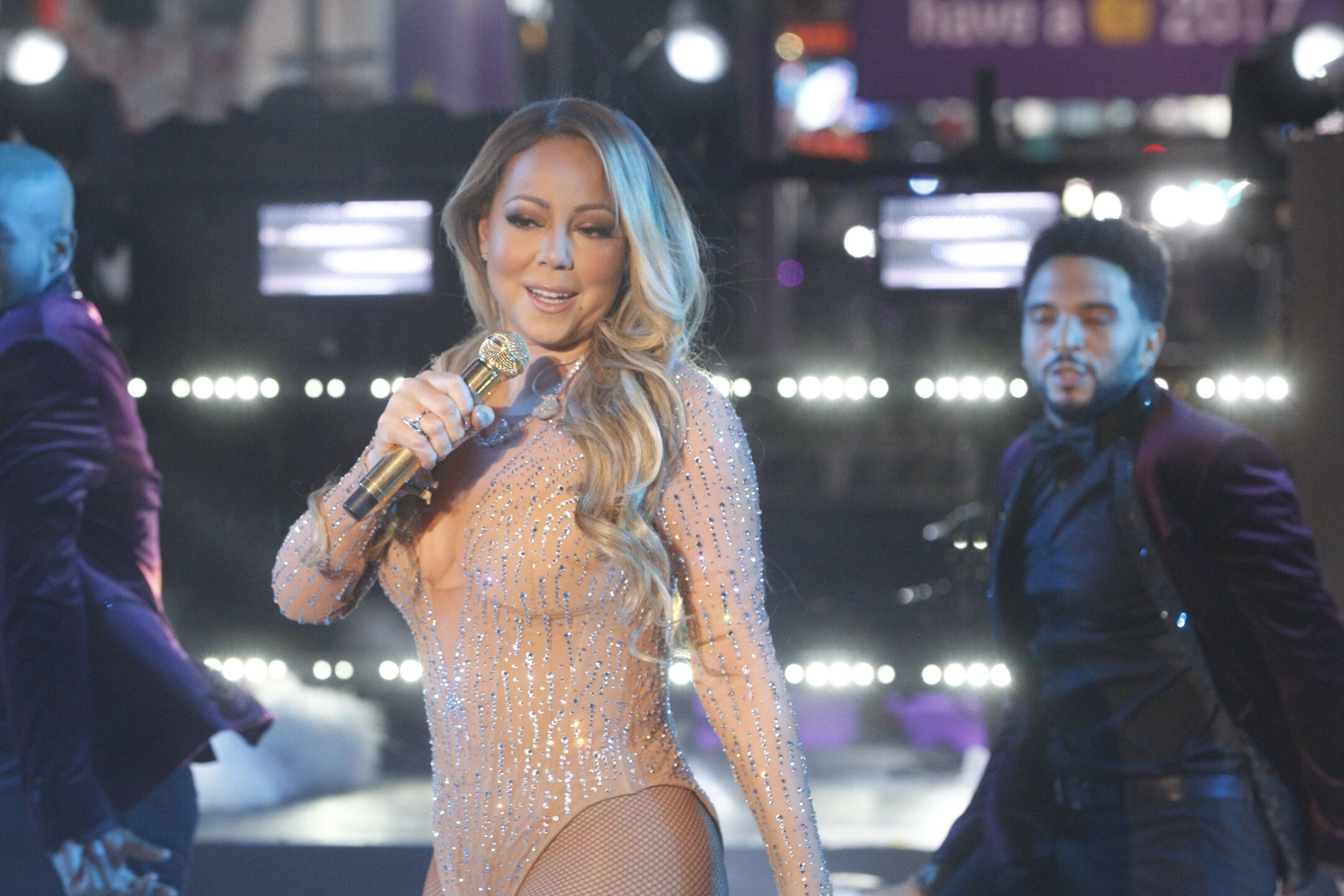 Photos: Video: Mariah Carey ends 2016 on a rough note, walks off stage after technical snag