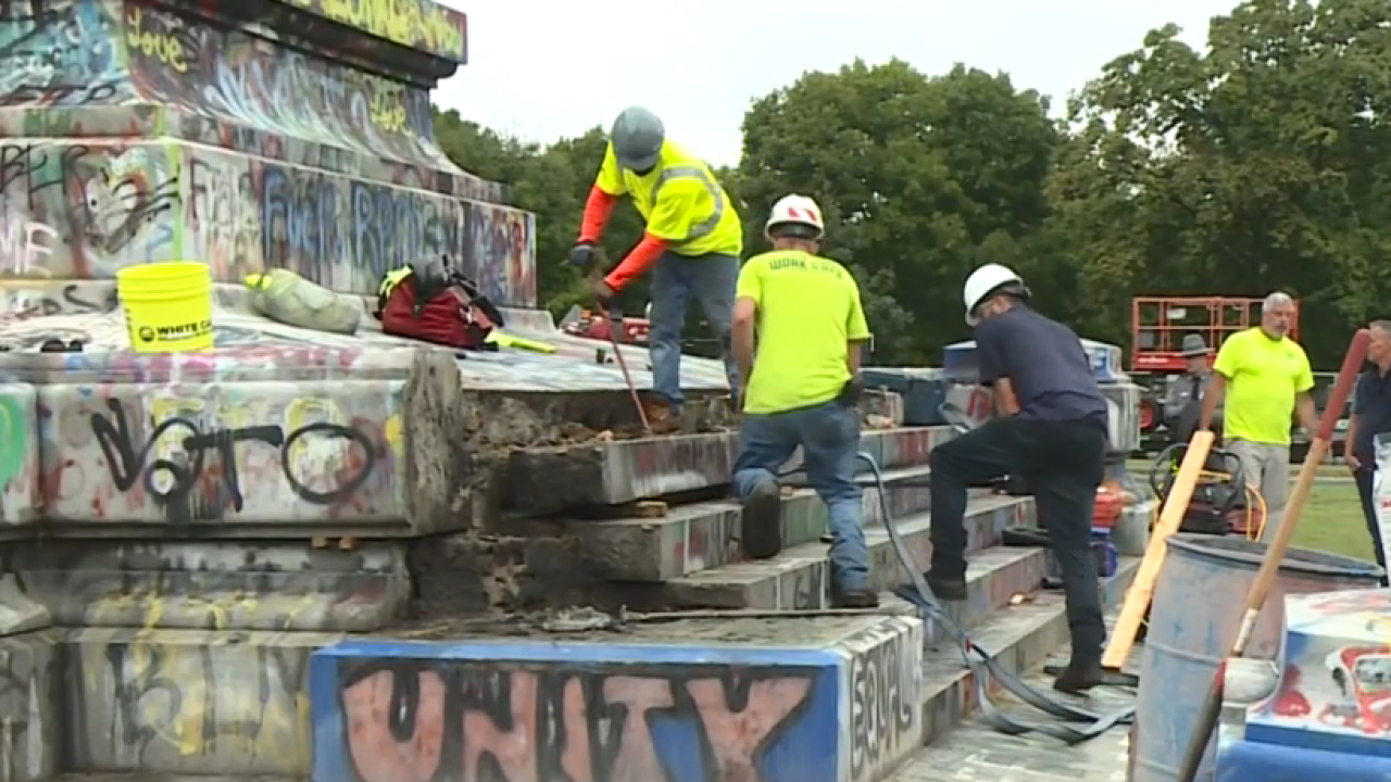 Crews Dig for Lee Monument Time Capsule.png