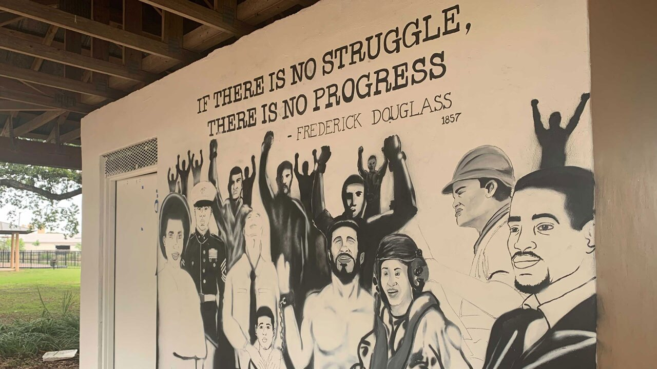Andres-Garcia-working-on-mural-WFTS-petit.jpg
