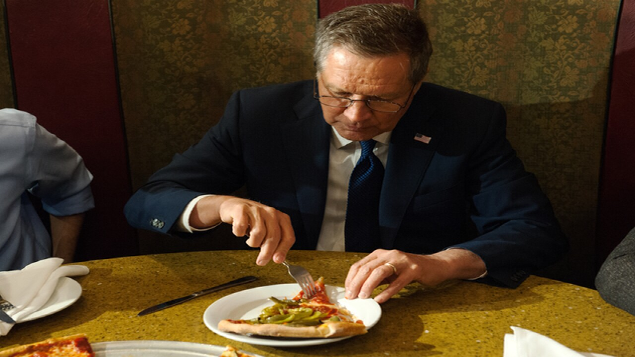 John Kasich doesn't know how to eat pizza