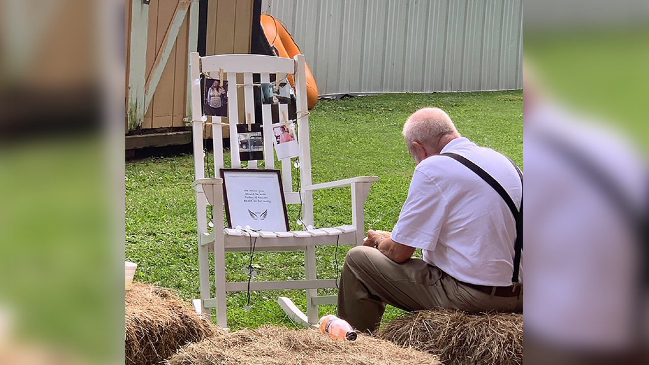Heart-wrenching photo shows man sharing meal with wife at her memorial at granddaughter's wedding