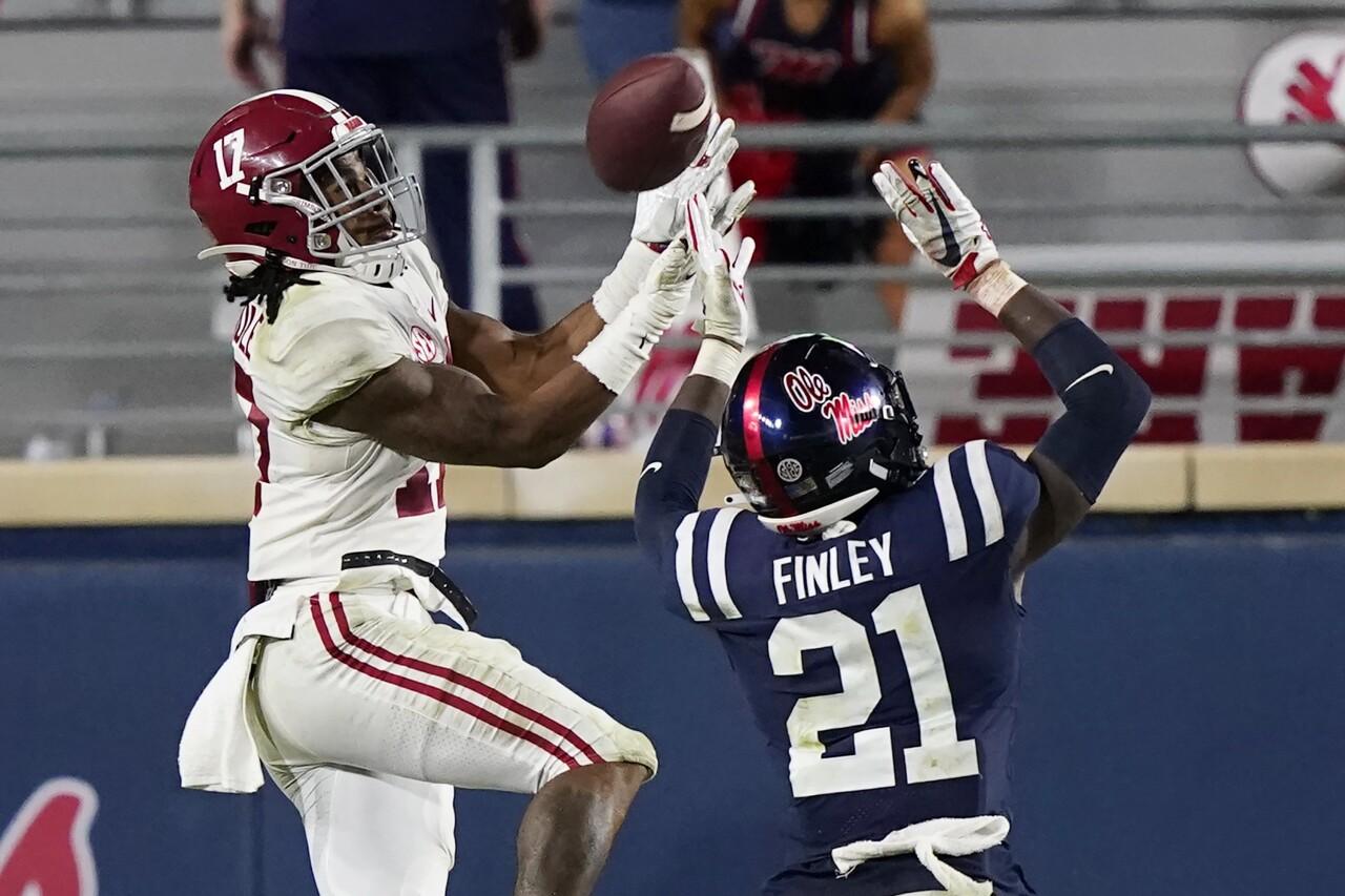 Alabama Crimson Tide receiver Jaylen Waddle vs. Mississippi Rebels in 2020