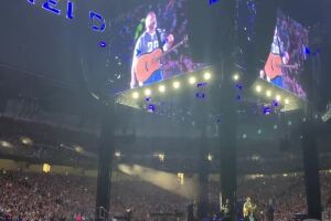 WATCH: Garth Brooks honors Barry Sanders at Detroit concert