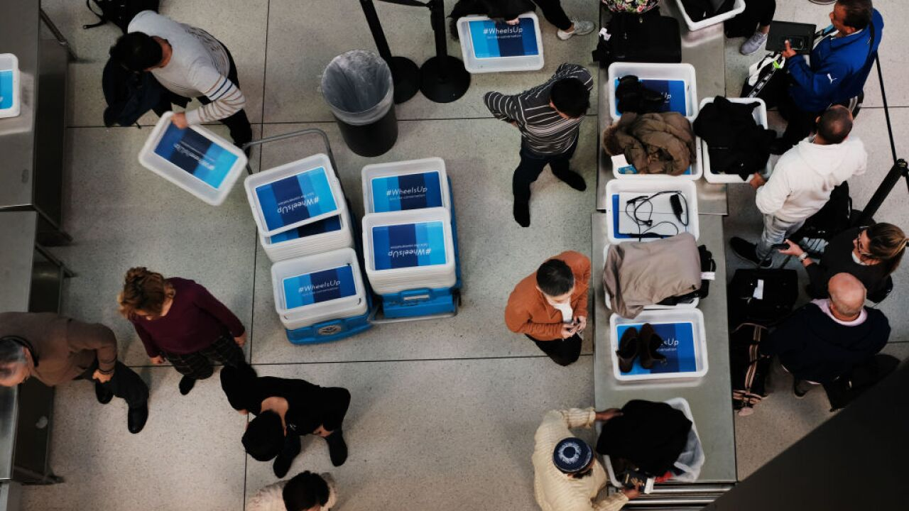 Unpaid airport screening agents to get day's pay, $500 bonus