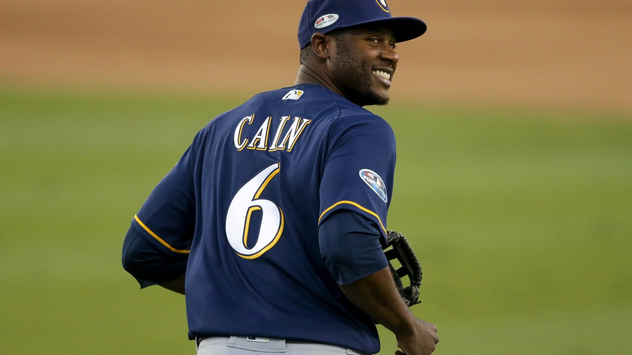 WATCH IT AGAIN: Cain robs a home run to win the game [VIDEO]
