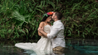 A Photographer Captured A Stunning Photo Of These Newlyweds Kissing Underwater