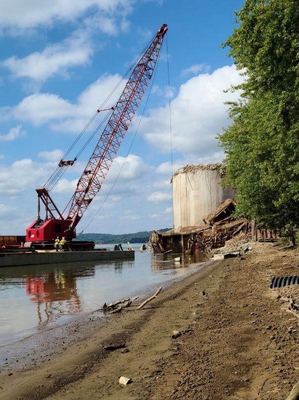 Barge-mounted crane at Beckjord.