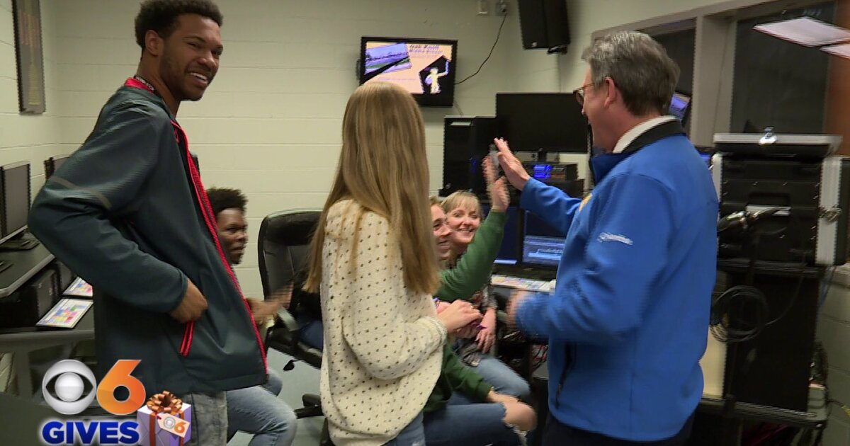 Rob Cardwell surprises Hanover students with journalist 'essentials'