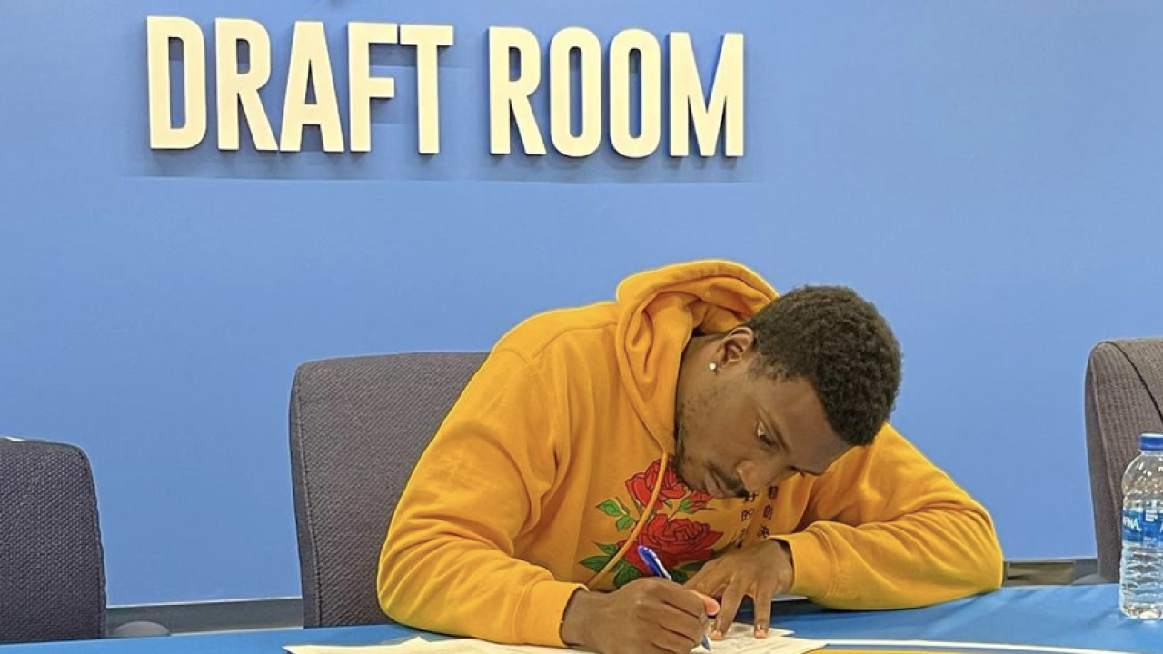 KJ Sails signs with Chargers.png