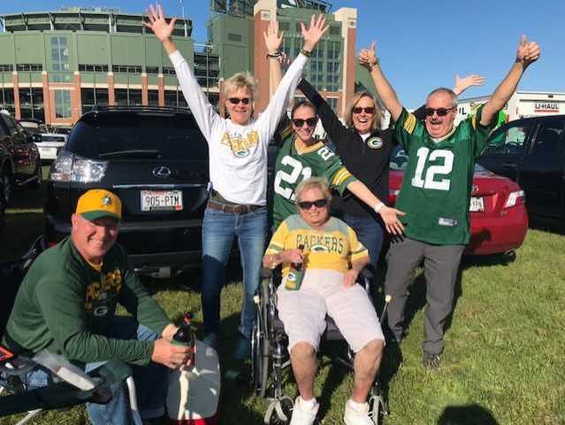 Packers, Bears fans tailgate outside Lambeau [PHOTOS]