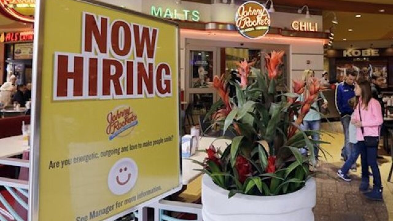 US job aid applications fall to 267K