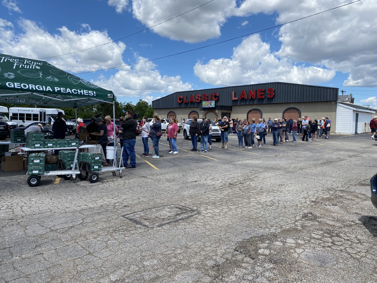 Hundreds stopped by Greenfield for Georgia peaches