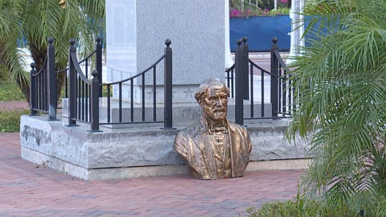 Lee statue on the ground.JPG
