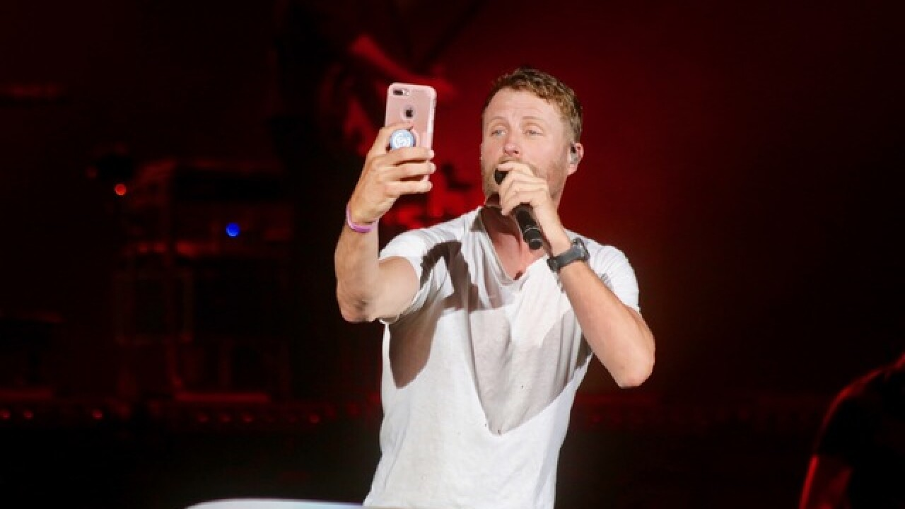Pics: Dierks Bentley Interacts with his fans at Perfect Vodka Amphitheater