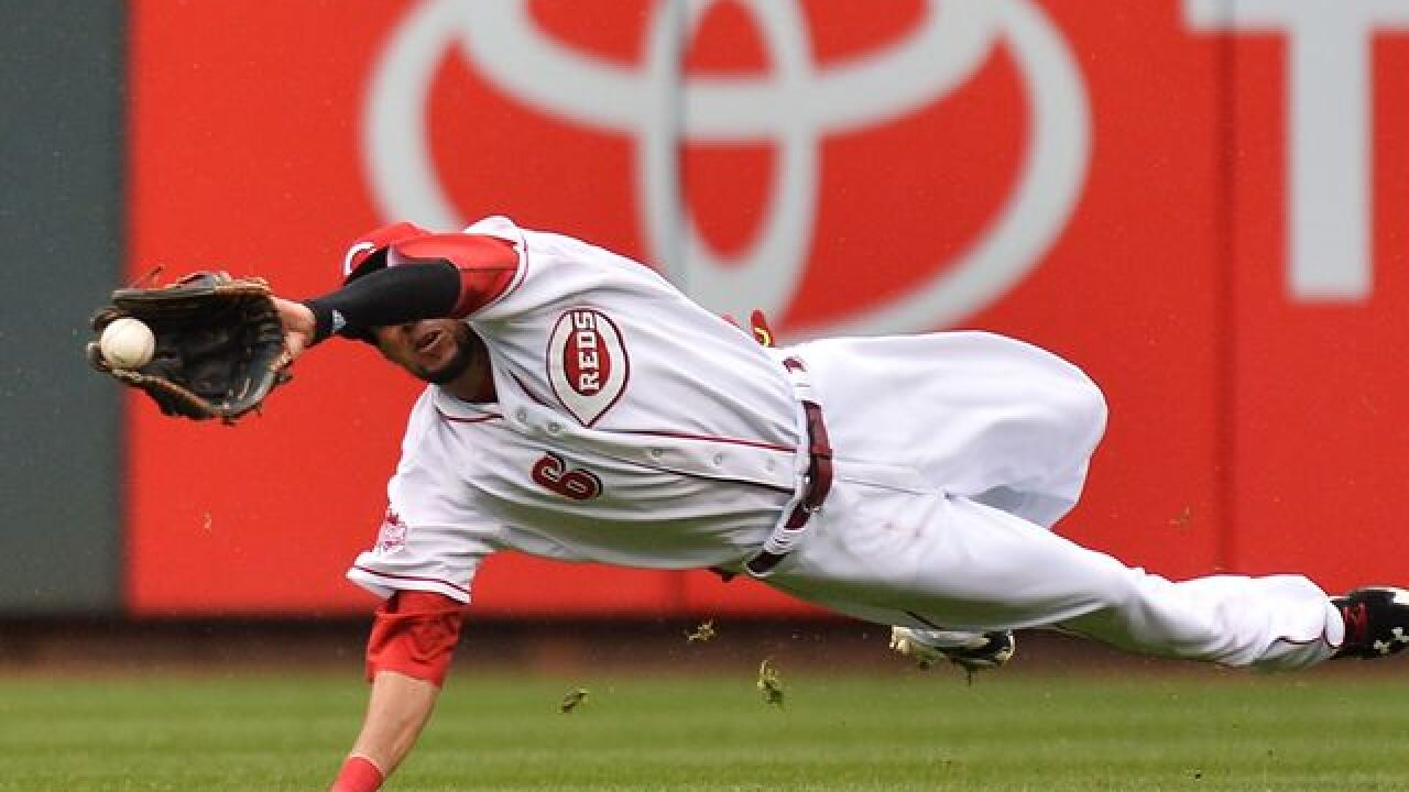Reds avoid arbitration, sign Cozart, Hamilton