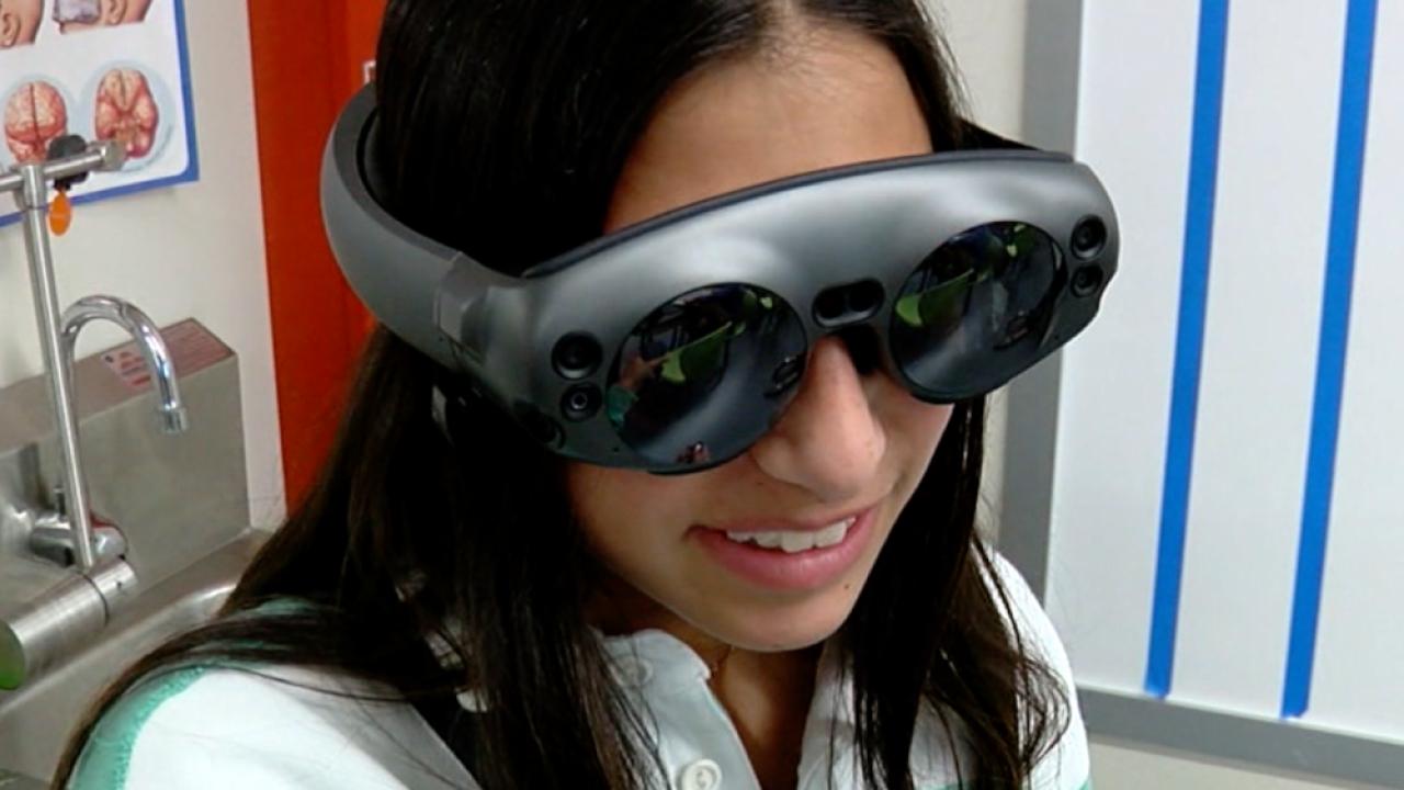 Tampa Prep student uses virtual reality glasses