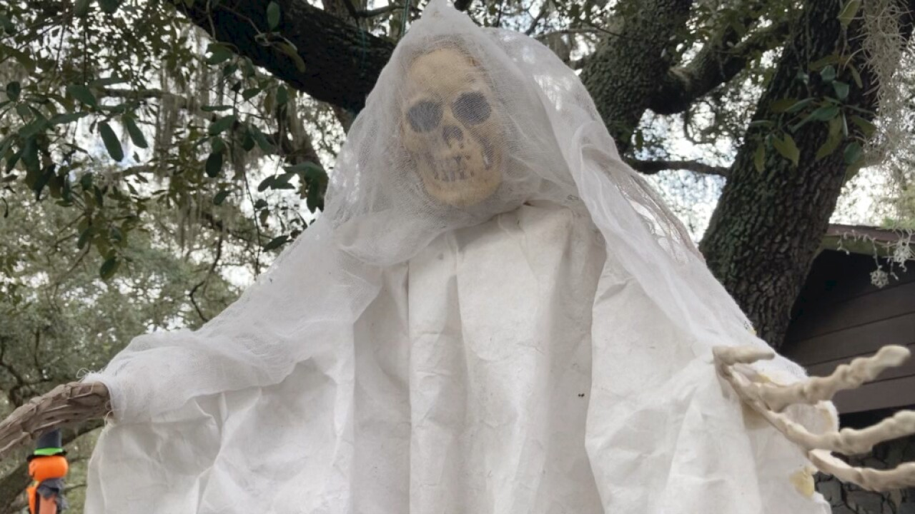 'Temple Scare-Us Dead & Breakfast' front-yard display is over-the-top tribute to late Halloween fan