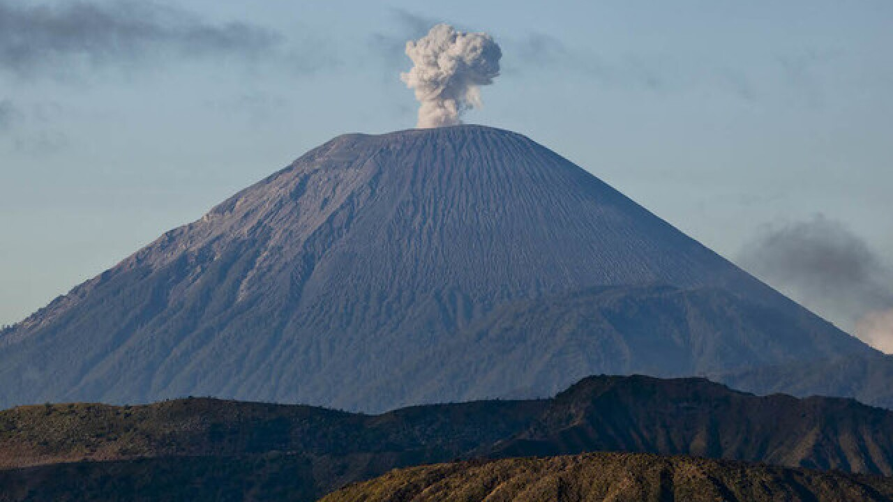 Indonesia volcano: Hundreds of hikers trapped after earthquake