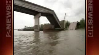 Webbers Falls I-40 Bridge collapse.jpg