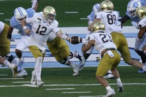 Notre Dame Fighting Irish QB Ian Book hands off football to running back Kyren Williams vs. North Carolina Tar Heels in 2020