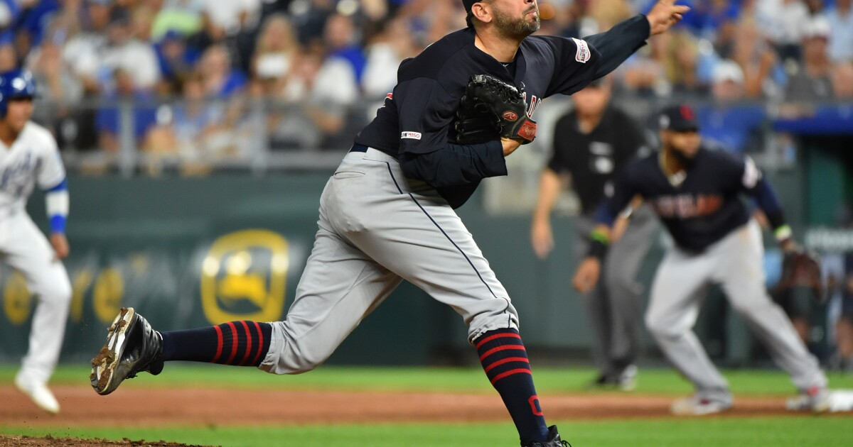 Indians relief pitcher Óliver Pérez and his wife become US citizens