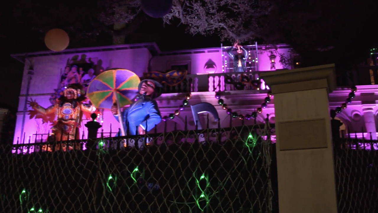 In New Orleans, during Carnival season, parades take place during the day and at night. Similar to that, the Krewe of House Floats includes homes whose decorations are visible both in daylight and nighttime.