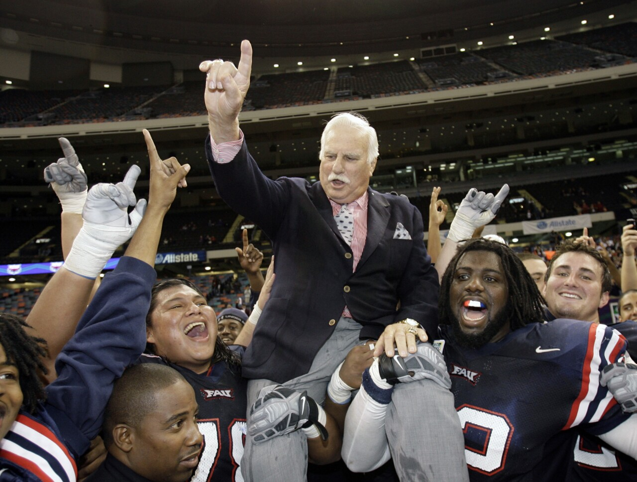 Howard Schnellenberger on FAU players shoulders 2007 New Orleans Bowl