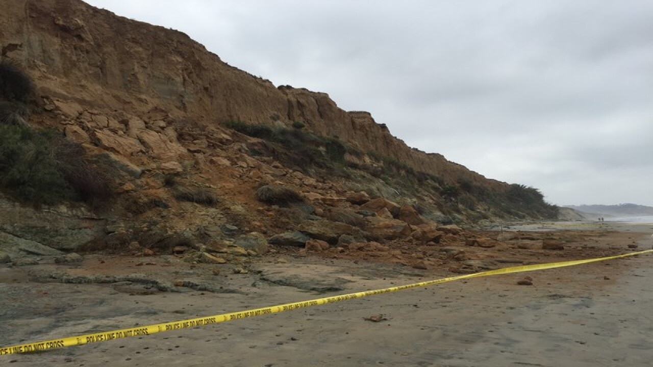 Bluff collapses along Del Mar beach