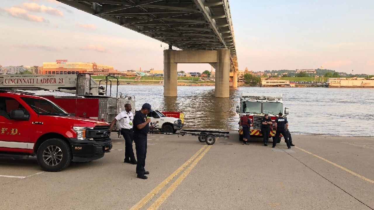 Rescue crews search for missing woman in the Ohio River
