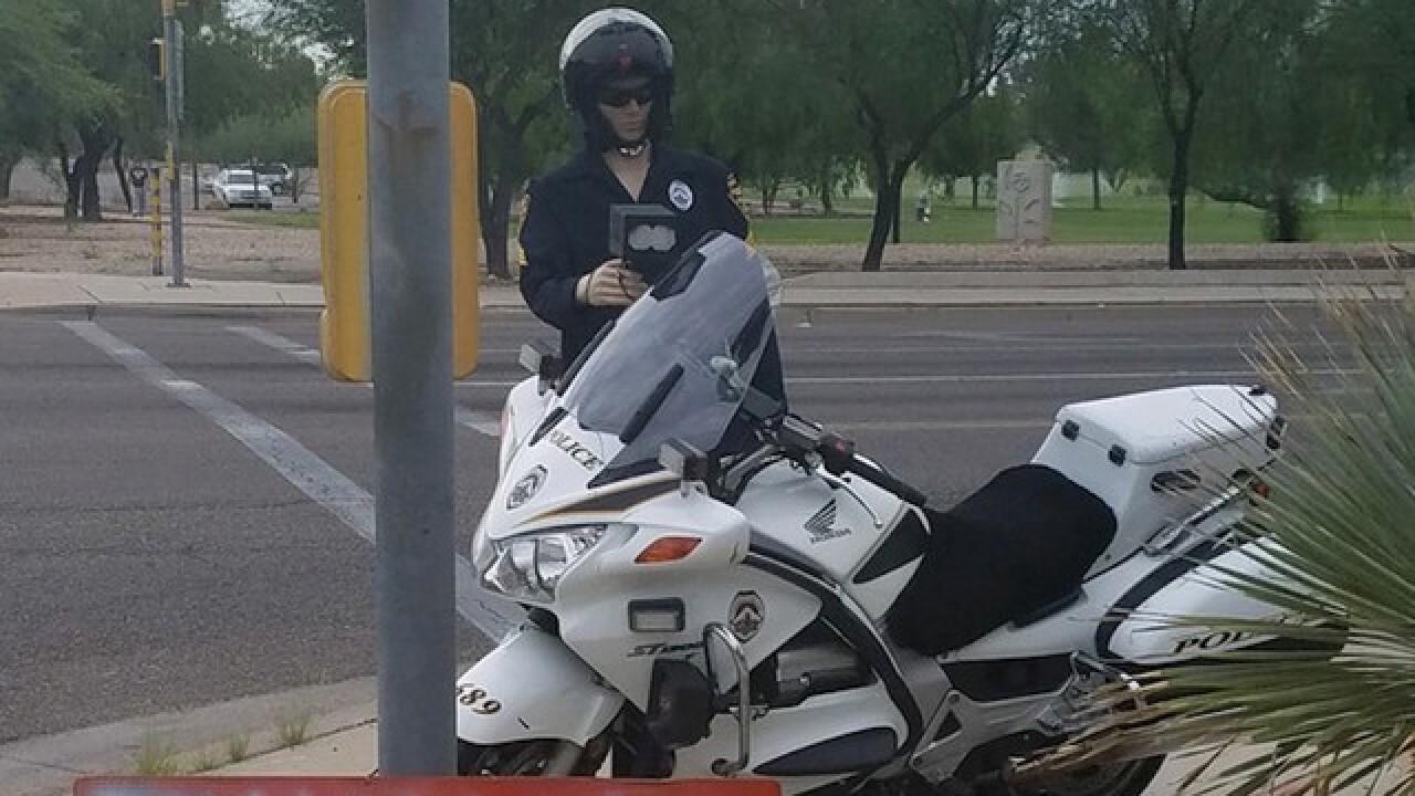 Ariz. police pose mannequins as cops