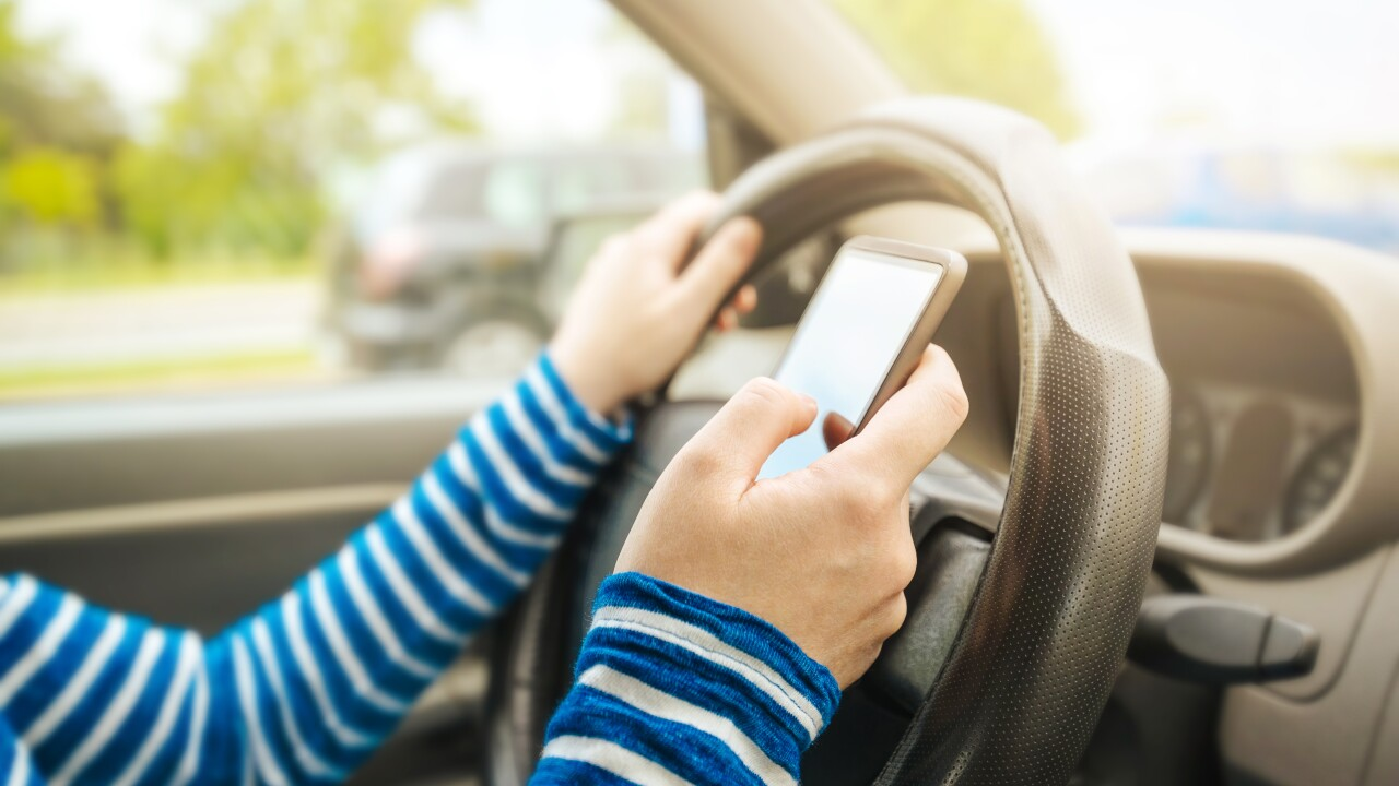 Proposal bans holding cellphones while driving in Virginia