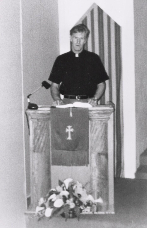 Bill Larson at pulpit
