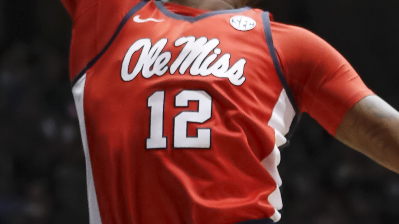 Ole Miss basketball players kneel during national anthem in response to pro-Confederate rally