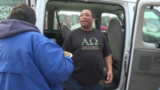 WOWT Man Hands Out Holiday Meals