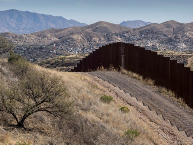 Hundreds try and cut through border fence