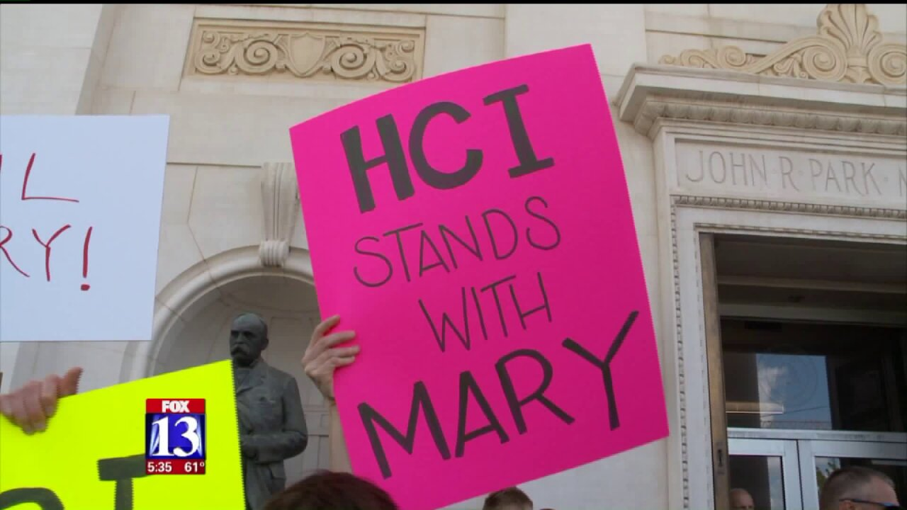 Supporters of ousted Huntsman Cancer Institute CEO deliver petition to U of Uadministrators