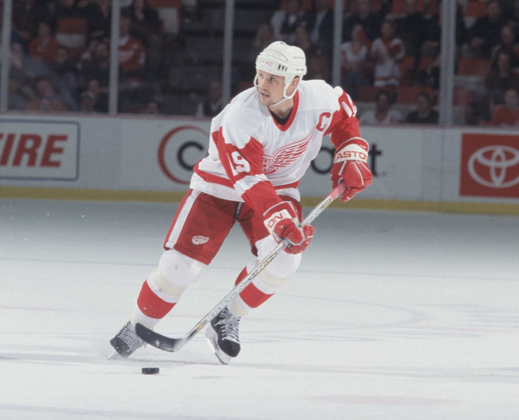 Steve Yzerman skates with the puck