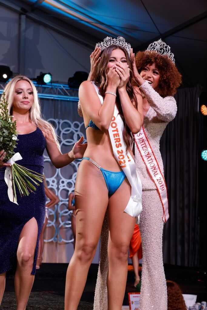 2019 Miss Hooters International winner Briana Smith crowns 2021 Miss Hooters International winner Gianna Tulio