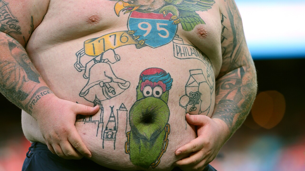Fan puts his infamous Phillie Phanatic belly tattoo to good use