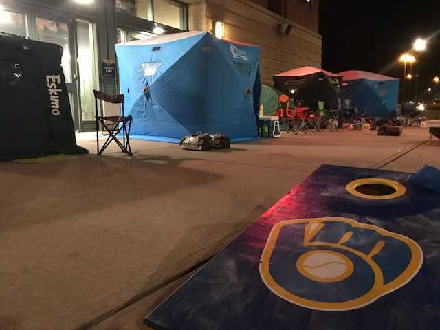 Brewers fans brave the cold at Arctic Tailgate