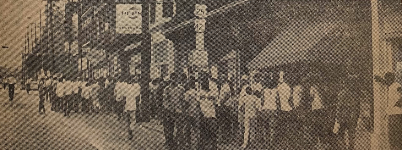 Crowds along Reading Road by Forest Avenue.png