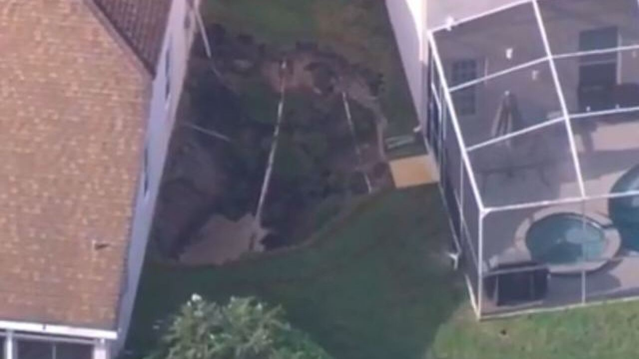 Large hole opens between 2 homes in Florida