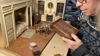 Miniature artist carries on family's tiny tradition in Chicago