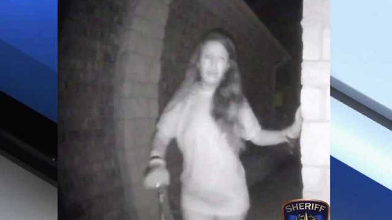 Mystery woman in broken restraints rings Texas doorbell early in the morning (VIDEO)