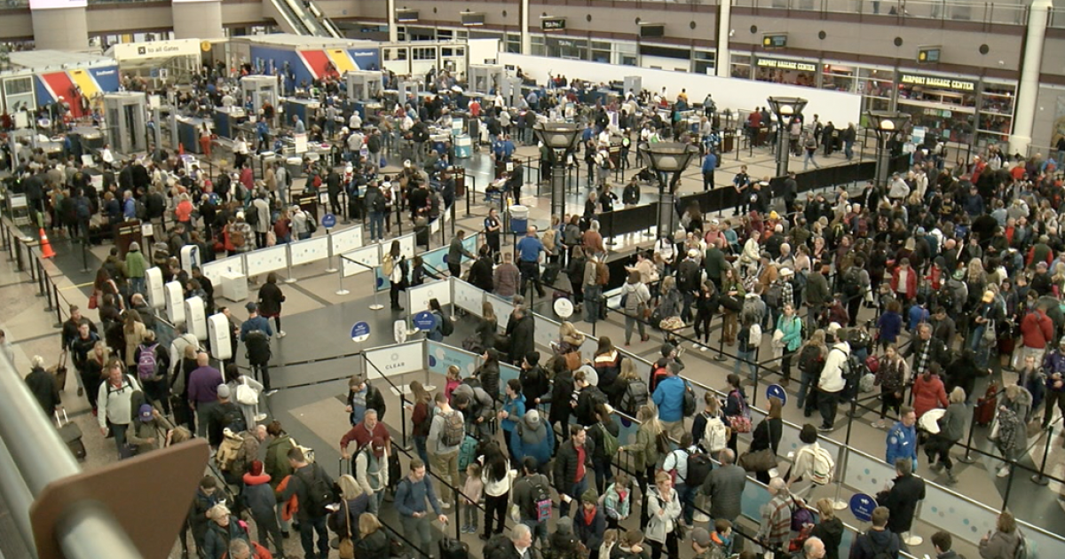 Travelers navigate holiday crowds at DIA